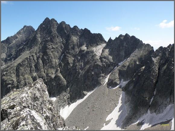Baranie sedlo (vpravo, nejnižší místo horského hřbetu)