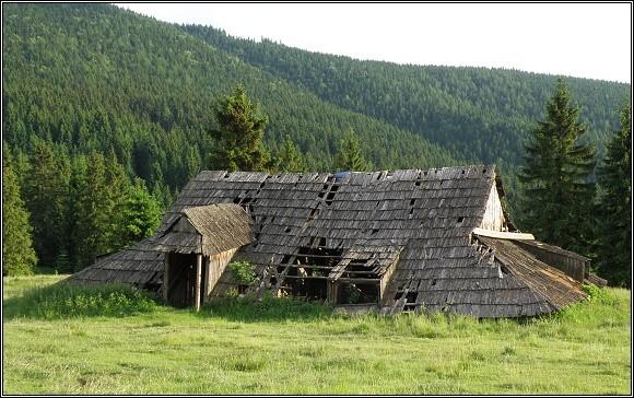 Zbytky salaší na pastvinách Chočských vrchů