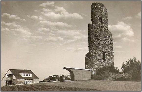 Na Krásenský vrch k rozhledně vedla pohodlná cesta a byla zde i zastávka veřejné dopravy. Foto 1938