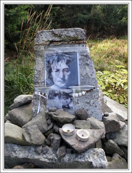 Moravskoslezské Beskydy. Smrk, pomník Johna Lennona