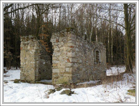 Chebsko. Polozbořená kaple u obce Hazlov