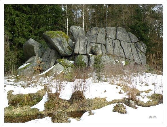 Chebsko. Seskupení skal na okraji obce Libá, pod Kamenným rybníkem