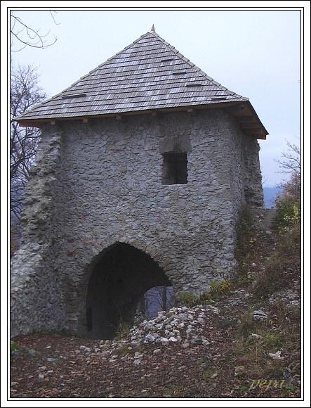 Vstupní brána Muránskeho hradu. Nejzachovalejší část hradu