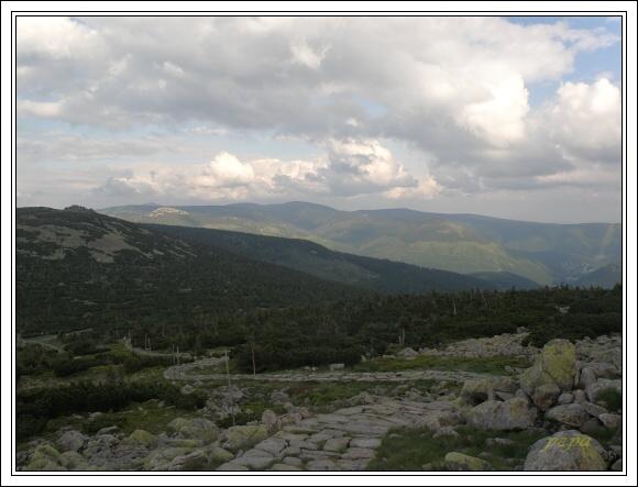 Krkonoše. Pohled z Velkého Šišáku. V pozadí Sněžka, Studniční a Luční hora