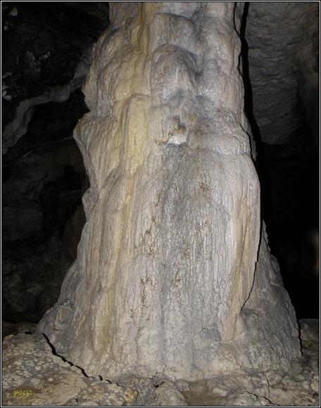 Malá Stanišovská jaskyňa. Velké stalagnáty se zachovaly neporušené...
