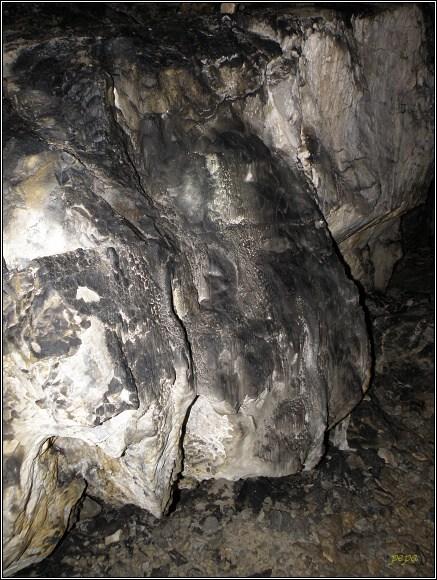 Malá Stanišovská jaskyňa. Stopy po ohňovém dýmu musí odstranit příroda sama...