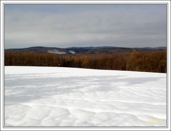 Chřiby, severovýchodní část pohoří. Uprostřed Brdo, nejvyšší vrchol Chřibů