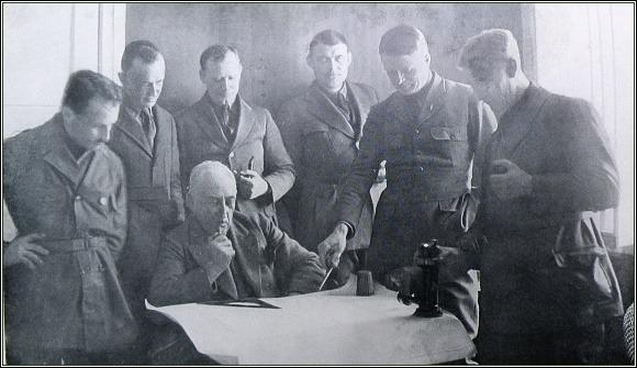 Členové expedice. Zleva Feucht, Ellsworth, Amundsen, Horgen (kapitán Hobby), Riiser-Larsen, Dietrichson, Omdal