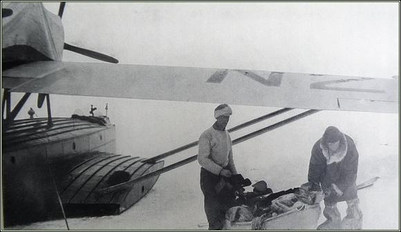 Nežli jsme vzlétli, uložili jsme zásoby a výzbroj do plachtovinového  člunu