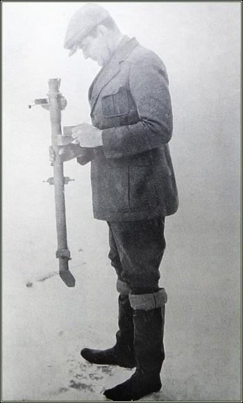 Hjalmar Riiser-Larsen měří tloušťku ledu