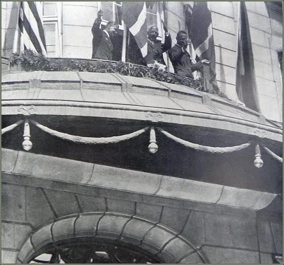 Riiser-Larsen, Amundsen a Ellsworth přijímají hold zástupů na balkóně Grandhotelu