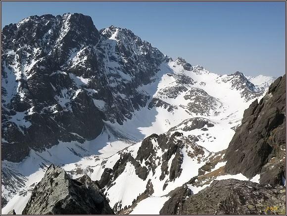 Závěr Velickej doliny z Dvojitej veže. Zleva Gerlachovský štít, Zadný Gerlach, Litvorové sedlo, Litvorový štít a Velický štít