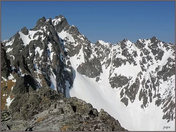 Závěr Slavkovskej doliny z Dvojitej veže. V pozadí Bradavica, vlevo před ní Rohatá veža