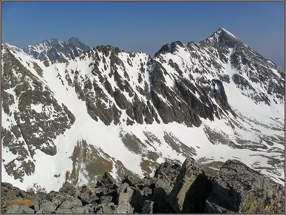 Slavkovská doliny z Dvojitej veže. V pozadí Lomnický štít a Pyšný štít. Vpravo Slavkovský štít