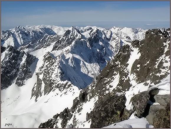Pohled z Gerlachovského štítu k severozápadu. Uprostřed Vysoká a Rysy