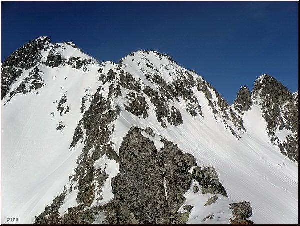 Zlobivá (vlevo), Západný Železný štít, Západná Železná brána a Snežné kopy z Kozej stráže