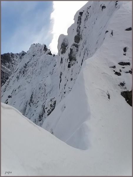 Severní stěny Kačacieho štítu a Popradského Ľadového štítu ze Zlomiskovej štrbiny