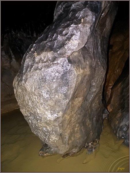 Býčí skála. Balvan v korytu Jedovnického potoka