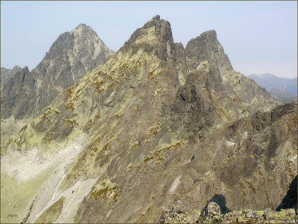 Veľký Ganek (vpravo) z Východného Železného štítu. Uprostřed Zlobivá, vlevo Koruna Vysokej