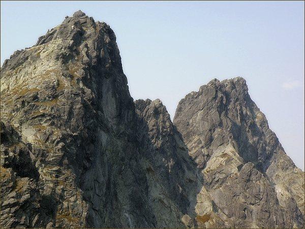 Veľký Ganek (vpravo) z Prostrednej Snežnej kopy. Uprostřed Rumanov štít, vlevo Zlobivá
