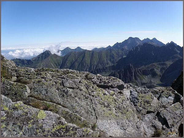 Pohled z Gankovy štrbiny k Javorinské Široké. Vpravo Ľadové štíty