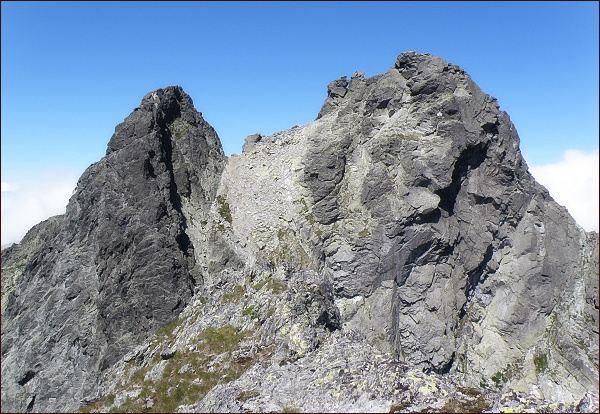 Bradavica z Rohatej veže. Vpravo severovýchodní (hlavní) vrchol, vlevo jihozápadní vrchol. Mezi nimi Sedlo Bradavíc