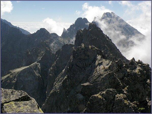 """Rumanov štít. Jihovýchodní vrchol (uprostřed, za ním Zlobivá) z hlavního vrcholu. Nejblíževpravo""""centr"""""""