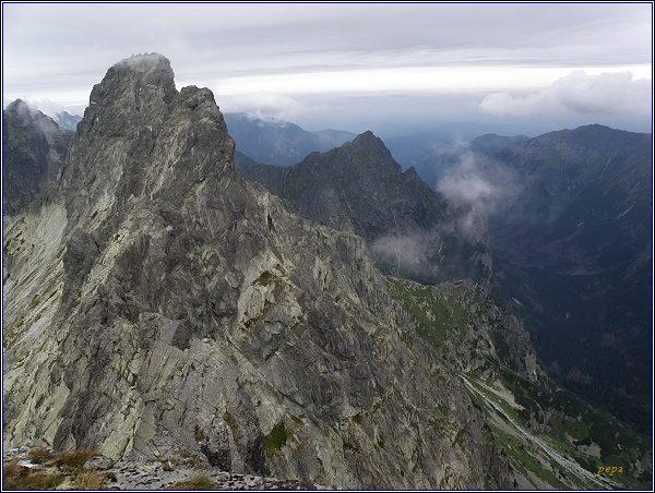 Rumanov štít (vlevo nejblíže) ze Zlobivej. Za ním Veľký Ganek