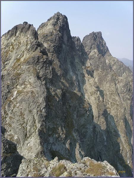 Západný Železný štít (vlevo), Zlobivá, Rumanov štít a Veľký Ganek nadKačacoudolinou