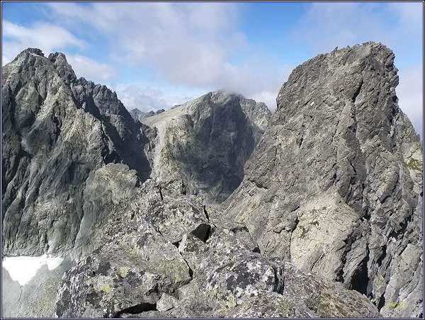 Severozápadní vrchol Rumanovho štítu. Vlevo Vysoká, Sedlo Váha, Rysy, vpravo Veľký Ganek