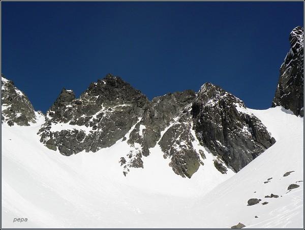 Snežné kopy nad Železnou kotlinou. Zleva Malá, Prostredná a Hrubá (mezi nimi krátký hřeben)
