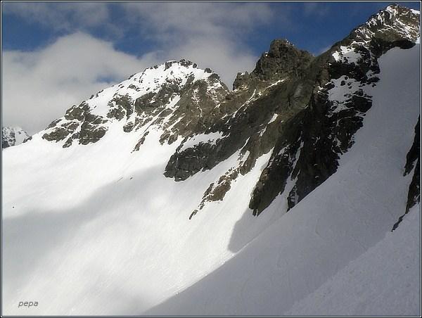 Snežné kopy od Východného Železného štítu. Vlevo od nich Západný Železný štít