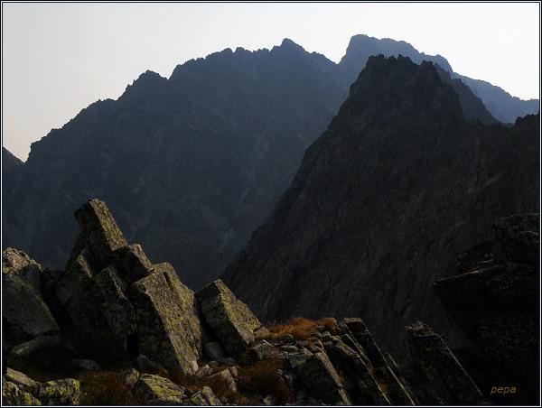 Východný Železný štít. Pohled na Kačací štít a masív Gerlachu
