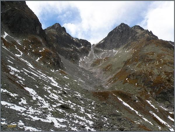 Dolinka pod Sedielkom. Vlevo Široká veža, vpravo Ľadové štíty