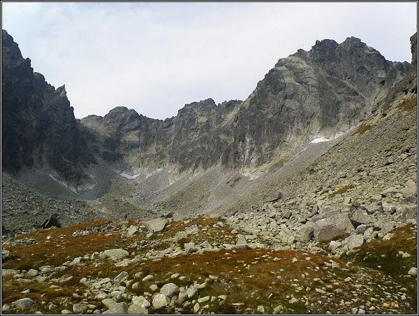 Popradský Ľadový štít (nejdále) nad Batizovskou dolinou. Vpravo Kačací a Batizovský štít
