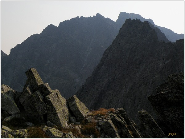Pohled z Východného Železného štítu. Kačací štít, v pozadí Gerlach