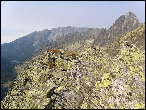 Vysoké Tatry z Východného Železného štítu. Vpravo Vysoká, v pozadí hrebeň Bášt