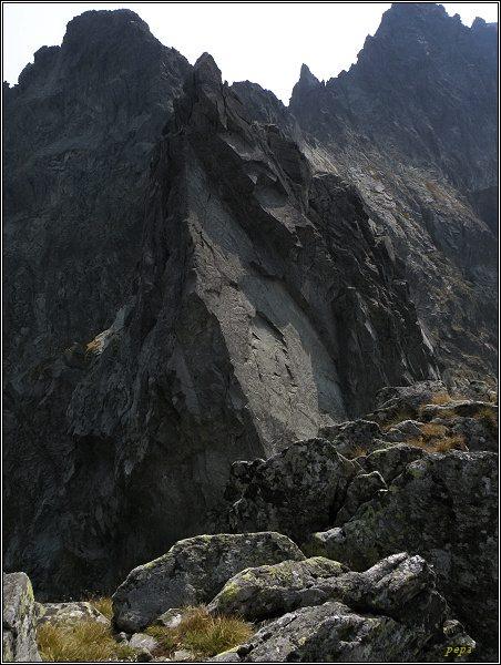 Východný Železný štít z Hrubej Sneznej kopy. Vlevo Popradský Ľ. štít, uprostřed Drúk
