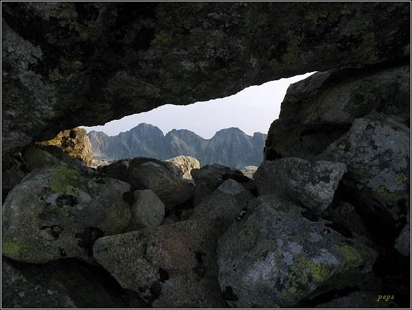 Satan, skalní okno. Pohled na Mengusovské štíty
