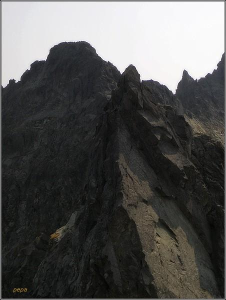 Drúk (vpravo) z Hrubej Sneznej kopy. VlevoPopradskýĽadovýštít,vpopředíVýchodnýŽeleznýštít