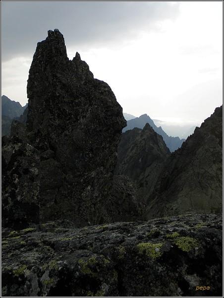 Bizarní věžičky lemující hranu Drúku dávají pohledům neobvyklý rozměr