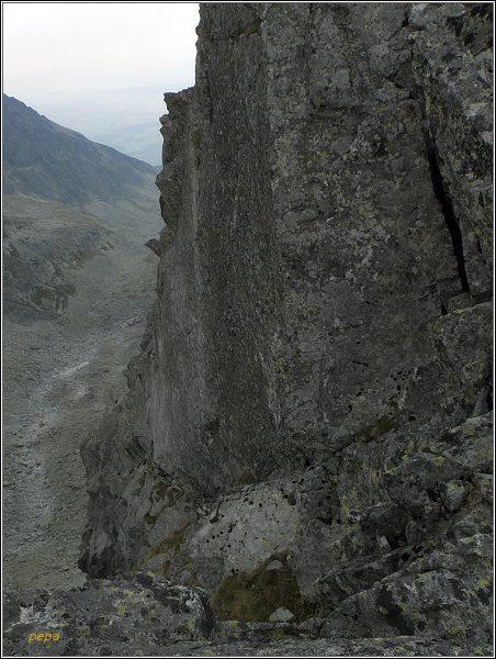 Stěnou spadající do Batizovskej doliny vede několik horolezeckých cest vyšší obtížnosti