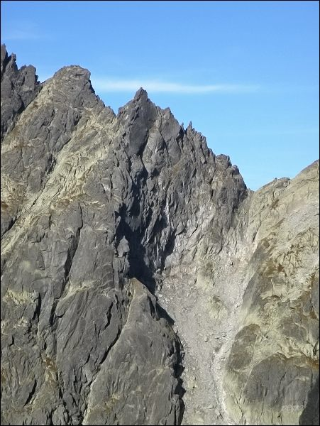 Drúk (uprostřed) nad Batizovskou dolinou