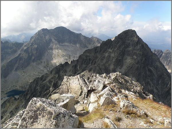 Ľadový štít a Malý Ľadový štít (v pozadí) z Lomnického štítu. V popředí Pyšný štít