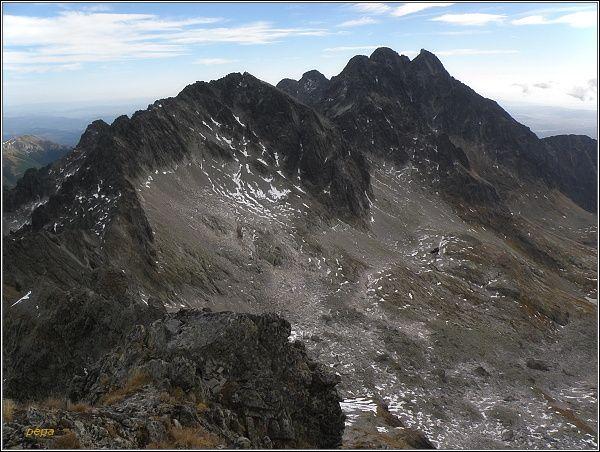 Pohled z Ľadového štítu. Zleva Baranie rohy, Kežmarské štíty, Pyšné štíty, Lomnický štít