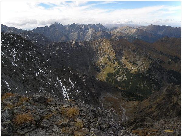 Pohled z Ľadového štítu k severozápadu. V popředí Javorinská Široká, v pozadí Koruna Vysokej
