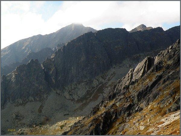 Furkotská dolina z Predného Soliska. V popředí Ostrá veža (vlevo) a Liptovská kopa (uprostřed). Vpravo na horizontu Krátka, vlevo Kriváň