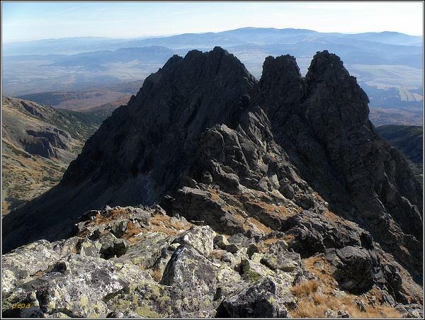 Soliskový hrebeň z Prostredného Soliska. V popředí (napravo) Predná a Zadná Solisková veža