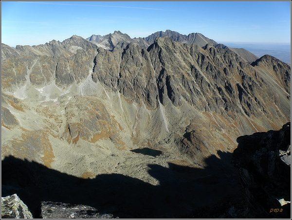 Pohled z Veľkého Soliska k východu. V popředí Mlynická dolina, Hrebeň Bášt. V pozadí Koruna Vysokej a Gerlach
