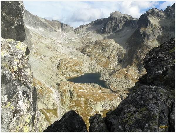 Malá Studená dolina ze Žltej steny. V závěru doliny Snehový štít, Baranie rohy a Spišský štít